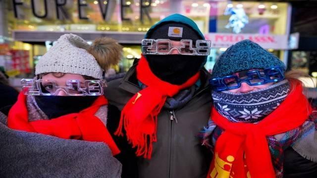 ВНью-Йорке встретили Новый год традиционным спуском хрустального шара
