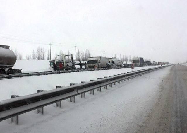 Неменее 30-ти машин попало из-за гололеда вмассовые ДТП под Воронежем