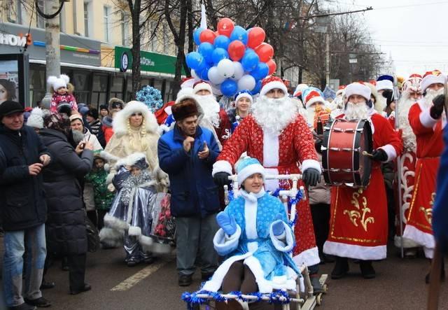 Воронежский парад Дедов Морозов возглавила собачья упряжка