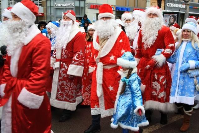 ВВоронеже состоялся парад Дедов Морозов