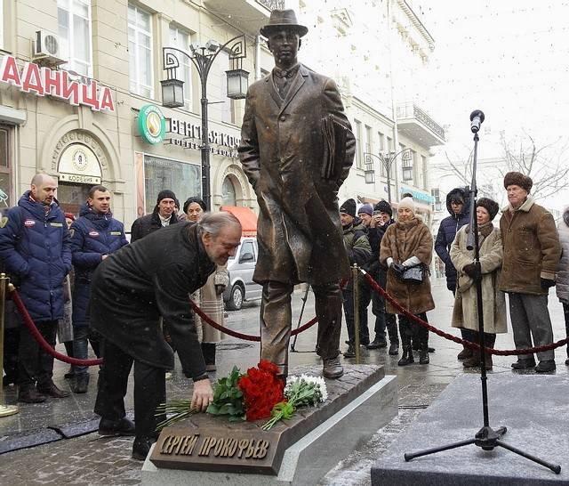 Монумент композитору Прокофьеву открыли в столице
