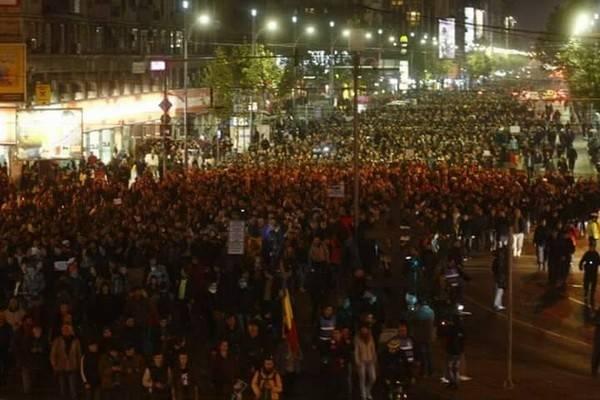 25 тыс. человек наантиправительственном митинге вРумынии— Репортаж из социальных сетей